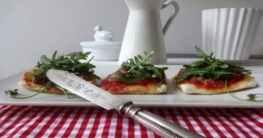 Vegane Pizza mit Haselnuss-Topping und Rucola