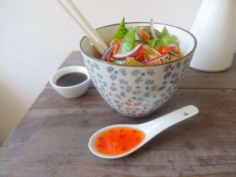 Vegane Bunte Asia-Nudeln mit geröstetem Sesam