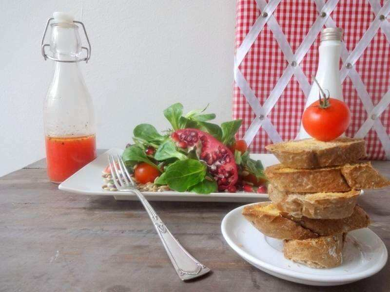 Feldsalat mit Granatapfel-Dressing & Sonnenblumenkernen