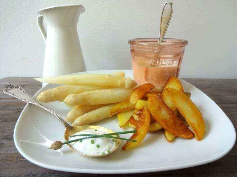 Spargel mit Zitronen-Kräuter-Dip & Kartoffel-Spalten