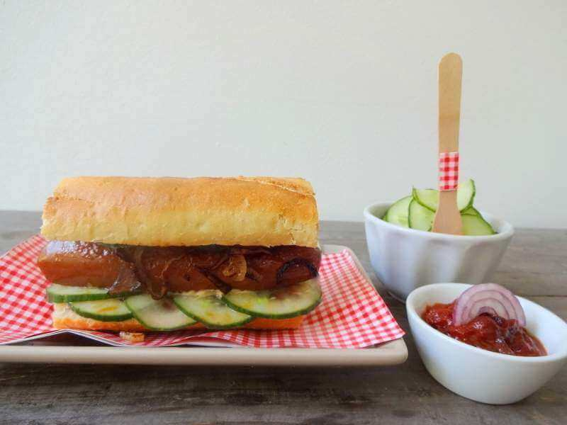 Veganer Hot Dog mit süß-saurem Gurken-Salat